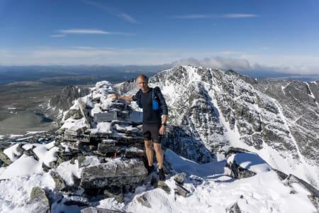 LANGTUR: Lasse Tufte på toppen av Veslesmeden, topp nummer en på turen, og ett av dagens høydepunkter. Foto: Øyvind Holsen Foss