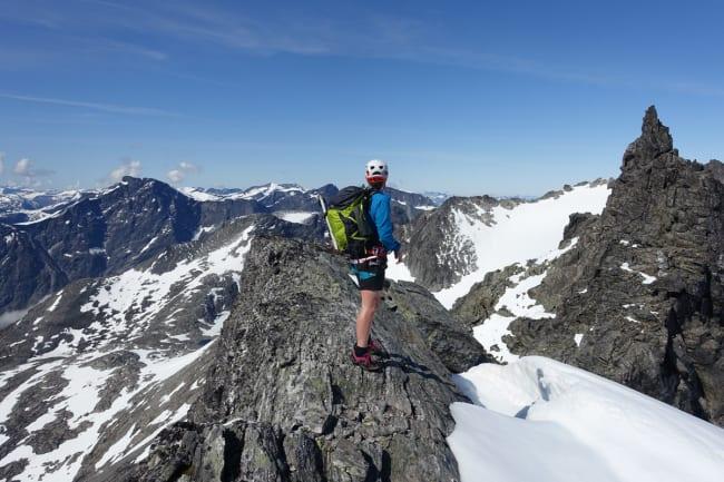 RYGG WITH A VIEW: Fra ryggen opp mot Kvanndalstind får du panoramautsikt til Norges råeste fjellområde. Ingvild Farstad nyter utsikten på vei opp. Foto: Tore Meirik