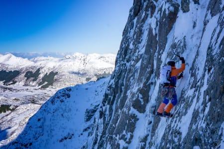 SPEKTAKULÆRT: Signar André Nilsen i aksjon på bratt fjell med fin mose og fin is. Foto: Emma Wichardt