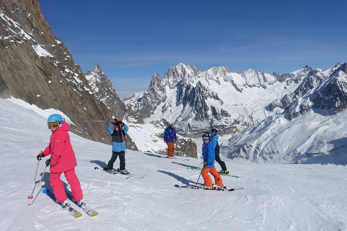 Barn på tur i Alpene.