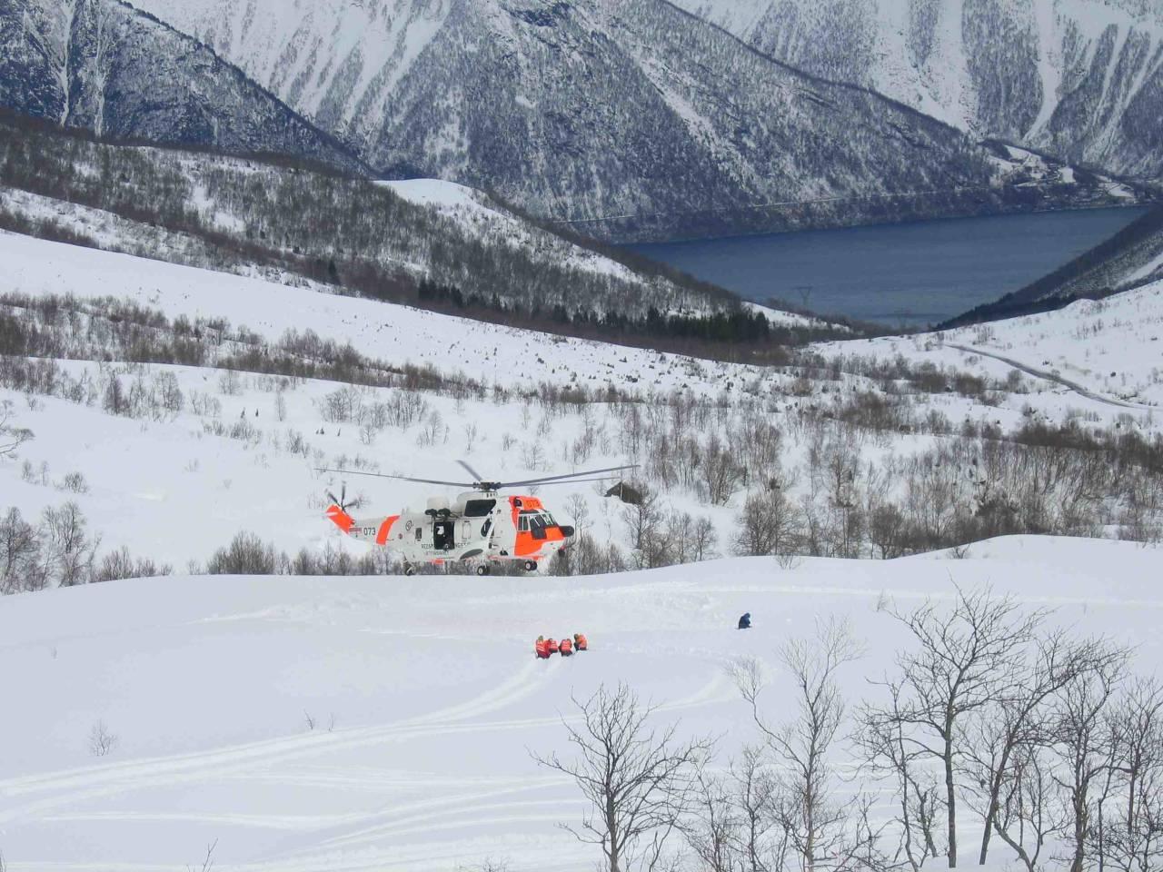 FORBEREDT PÅ DET VERSTE: Røde Kors og Sea King på skredøvelse i Sunnmørsalpene. Foto: Jarle S. Bjørndal
