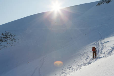 NORMALRUTA: Espen Nordahl sier vi må gjenkjenne normalruta slik den egentlig er. Her illustrert med et toppturbilde opp en normalrute i Romsdalen. Foto: Tore Meirik
