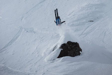 STOR BACKFLIP: Hedvig Wessel landet en stor backflip i sitt run. Foto: Freeride World Tour / Dom Daher