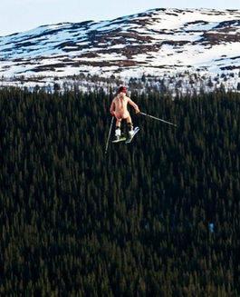 PÅSKEHAREN: Videoen av Adam Müllers nakenstunt har gått verden rundt. Foto: facebook