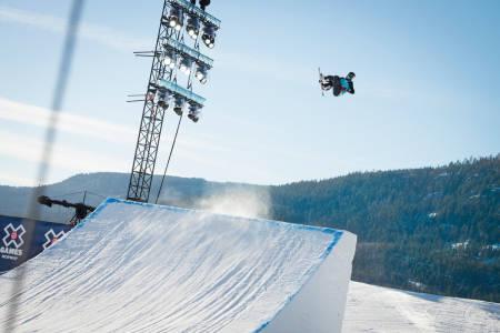 HARDT, ISETE OG DÅRLIG FART: Snowboardkjørerne er så misfornøyde med X Games slopestylecoursen på Hafjell at kvaliken har blitt utsatt for å byge om løypa. Foto: Peter Gløersen / Snowboardforbundet