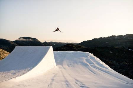 SOMMER PÅ SNØ: ...eller ikke. Her får du de beste stedene for å nyte sommeren i Norge – som Lars Haakon Hafsal gjør her i terrengparken på Folgefonna. Foto: Martin Innerdal Dalen