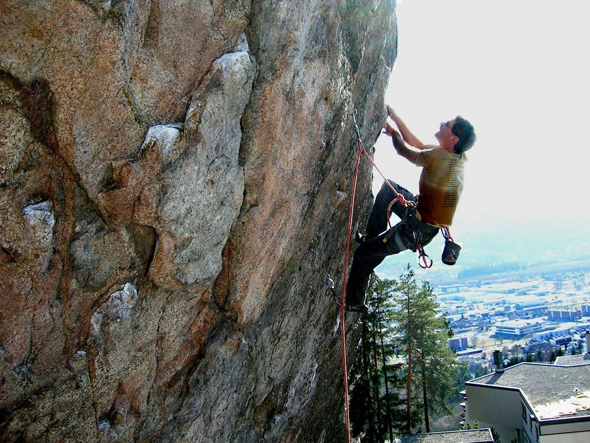 DRAMMENSGRANITT: Klatringen i Lier består av mange høyt graderte klatreruter.