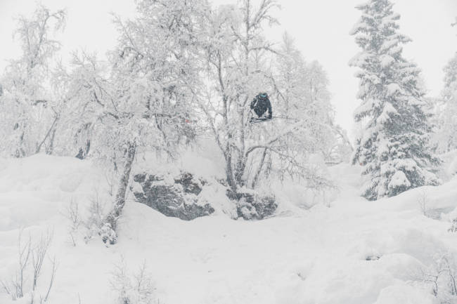 Arrangerte backcountry jibbefest i puddersnøen