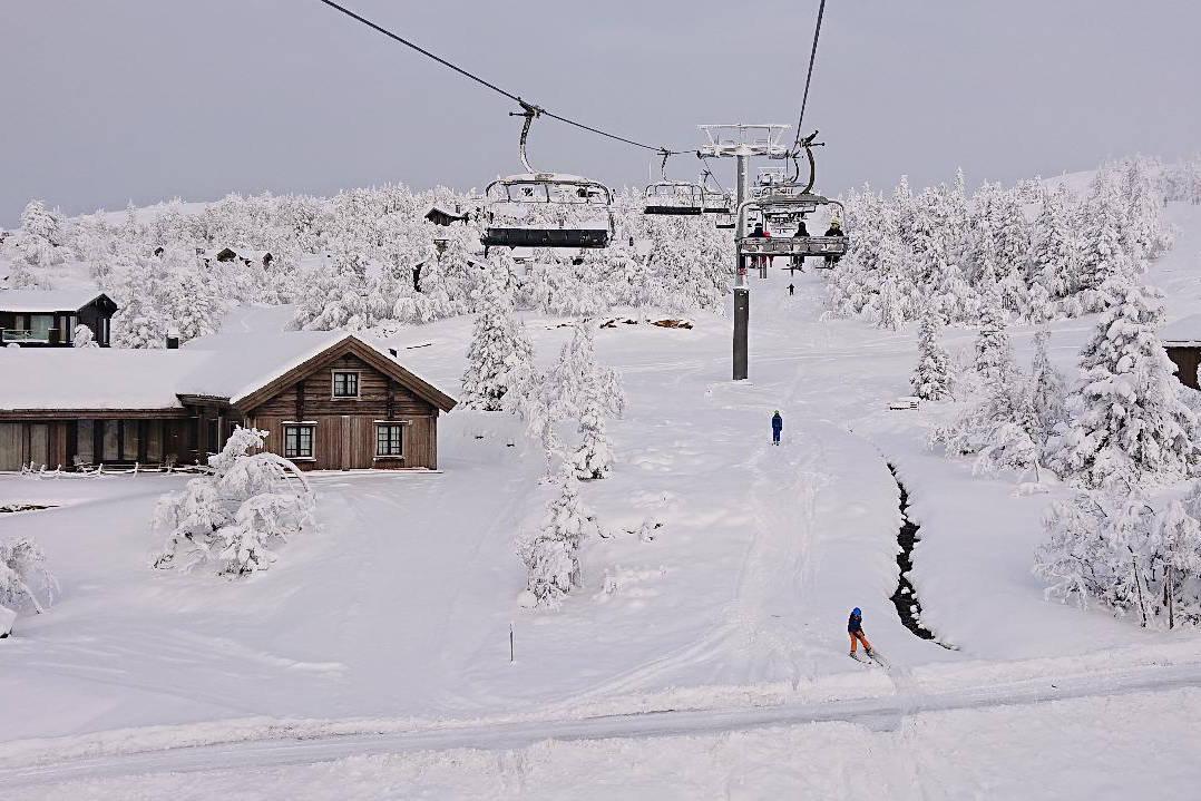 OMKOM I KVITFJELL: En mann omkom søndag ettermiddag i Kvitfjell. Bildet tatt ved sesongåpningen av skianlegget i år Arkivfoto: Erlend Sande