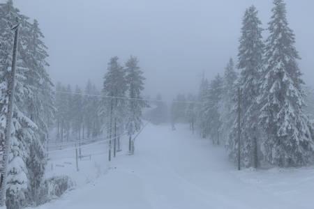ÅPNER I HELGA: På lørdag åpner Hyttlibakken i Oslo Vinterpark. Slik ser det ut mandag formiddag. Foto: Espen Bengston / Oslo Vinterpark