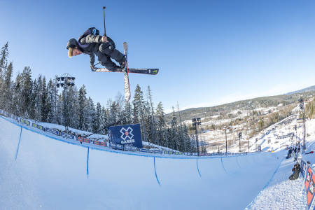 OVERFØRINGSVERDI: Gus Kenworthy er en av skikjørerne som behersker alle disipliner. I X Games deltar han ofte i både half pipe, slopestyle og big air. Her fra half pipen i Wyller. Foto: Tristan Shu