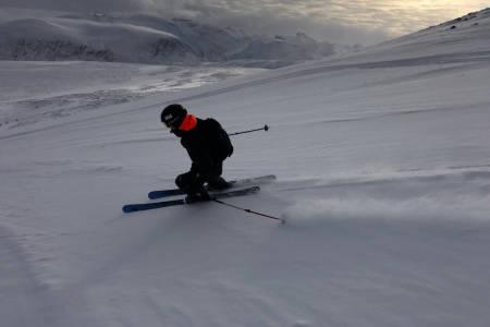 PÅ SKI IGJEN: Øystein Aasheim i en av sine første svinger etter hjertestansen i april. Foto: Anders Holtet