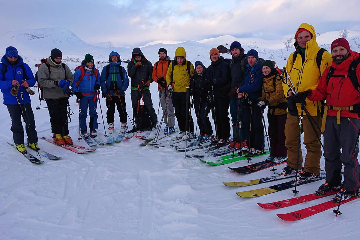 KULL 2020: Her har vi alle tolv i kull 2020 skivegleder + to av tindeveglederne som var med på opptaket. Bilde: Jørgen Aamot/ Nortind