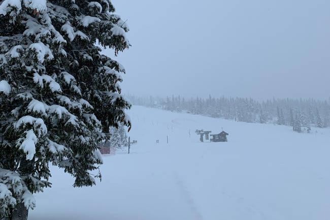 Kraftig snøfall på Norefjell - åpner syv heiser til helga