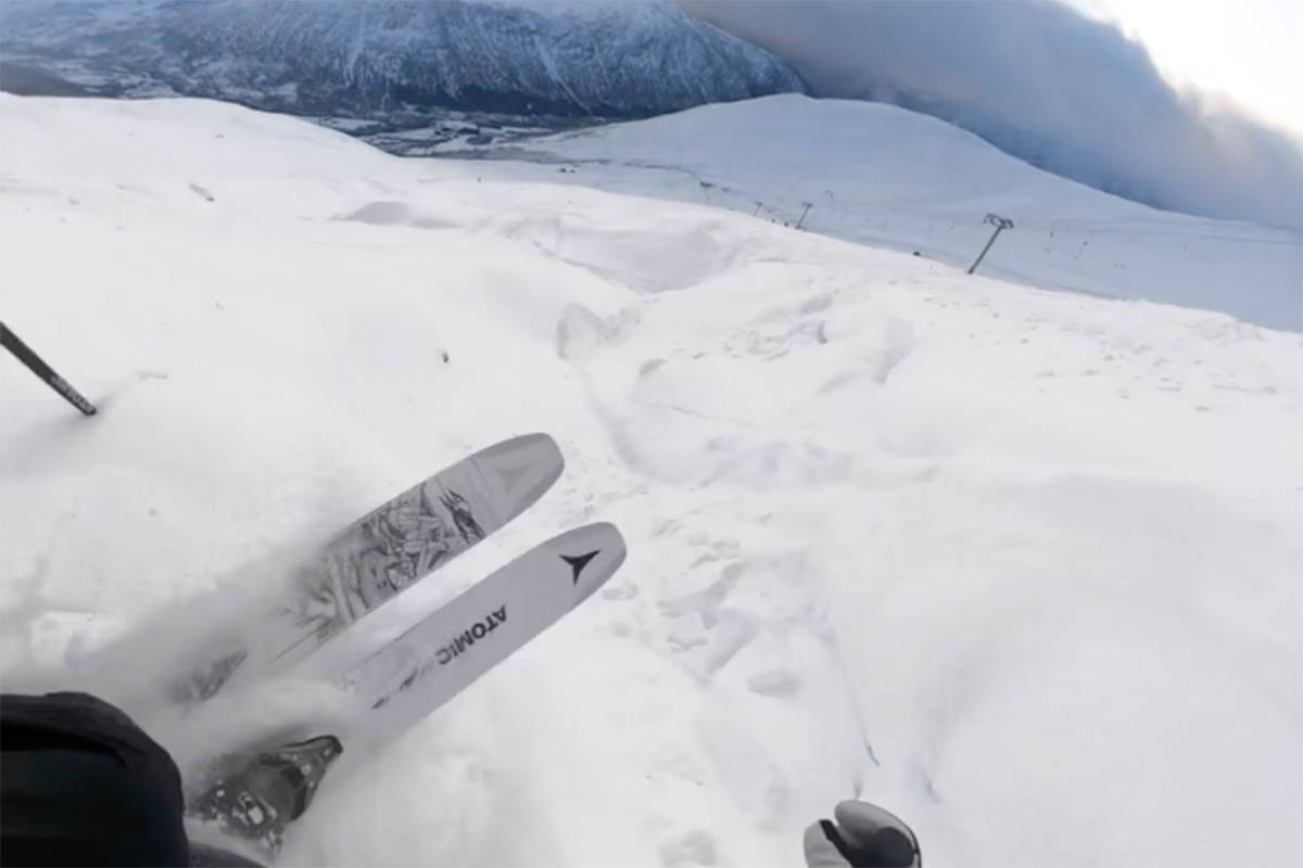 SESONGÅPNING: Klaus Finne testet skianlegget på Voss lørdag. Foto: Skjermdump
