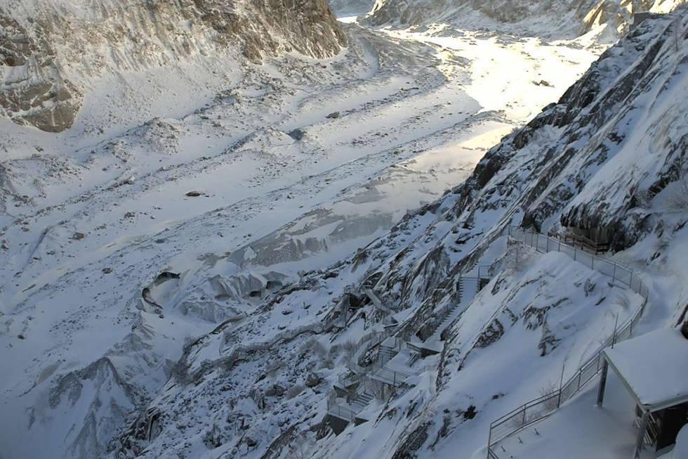 MER DE GLACE: Mer de Glace-massivet i Chamonix vil bli en halv mil kortere innen 2050. Nå engasjerer den franske presidenten seg. Foto: Chamonix webcam