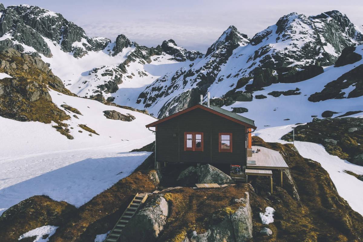 TROLLFJORDHYTTA: Det var like i nærheten av denna hytta mannen ble tatt av et skred. Arkivfoto: DNT / Marius Dalseg
