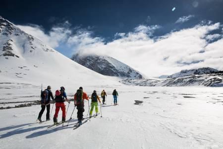 GUIDER: Regjeringen vil ha økt kvalitet på guidingen på Svalbard. Her fra Svalbard Toppturfestival. Foto: Torbjørn Melby