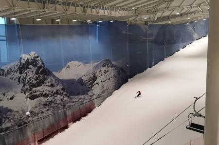 PÅ SNØ - INNENDØRS: Fri Flyt-redaktør Erlend Sande setter sine første, innendørs skisvinger i Skandinavia. Foto: Gunhild Aaslie Soldal