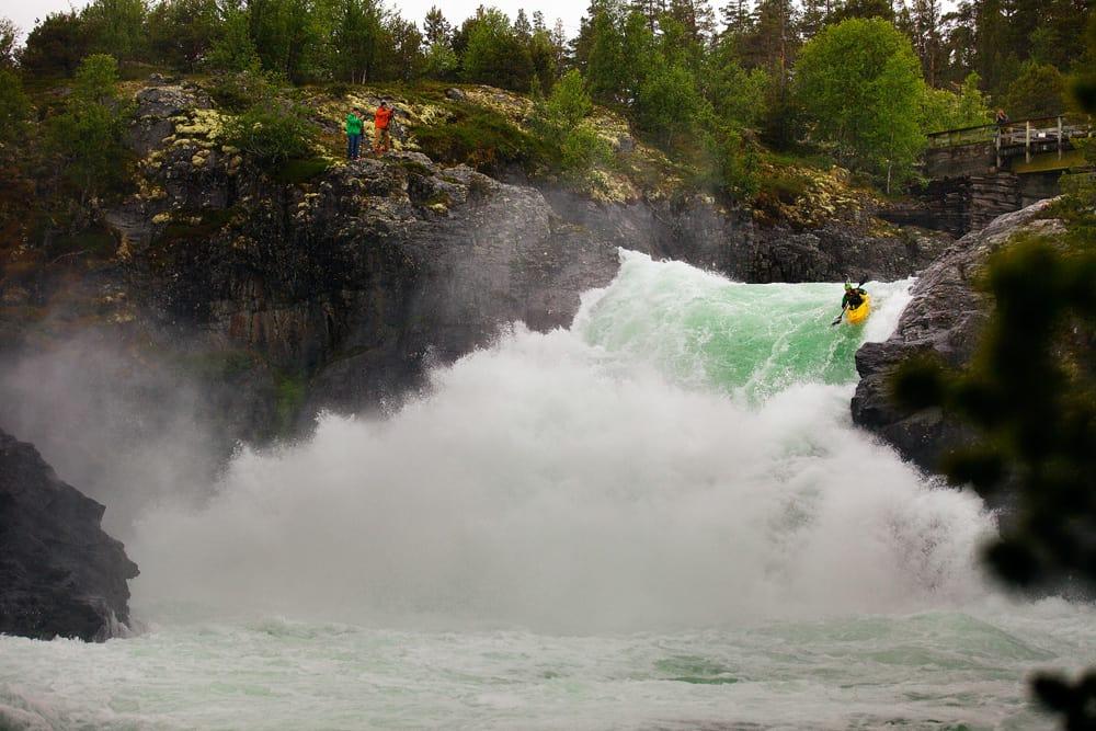 SUPERSTJERNE: Amerikaneren Evan Garcia padler Stuttgongsfossen, en av de største, enkeltstående strykene som er padla i Sjoa. Garcia er en av verdens beste padlere, og tilbragte lang tid i Heidalen i fjor sommer. Foto: Mikael Ekström