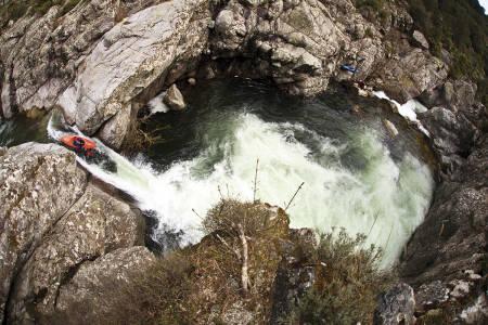 Benjamin Hjort tok bildet av Mark Basso på elva Fium Orbo i Korsika. Bildet var på trykk i Fri Flyt nummer 88.