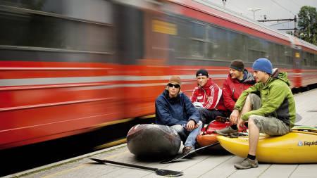 I Fri Flyt nummer 73 skrev Benjamin Hjort om togreiser med kajakk. Fra venstre: Ron Fischer, Tomas Marnics, Benjamin Hjort og Lukas Wielatt.