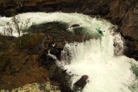 PÅ SITT BESTE: Elvepadling på sitt beste inneholder spennende og bratte stryk, gode kompiser og sterke opplevelser. Dette er fra elva Grøvu i Møre og Romsdal. Foto: Tore Meirik