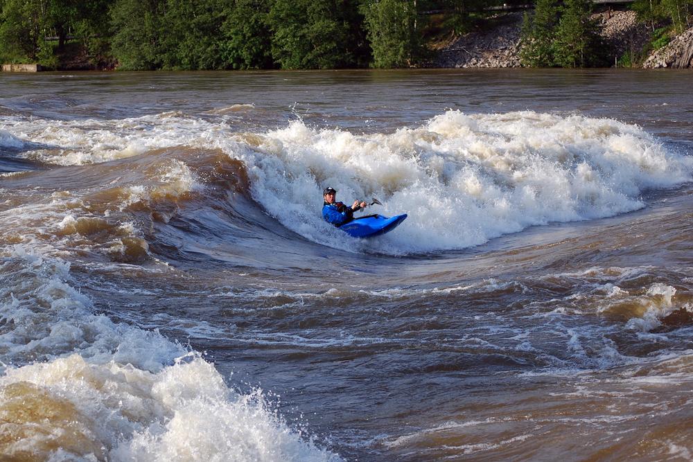 STORT VOLUM: Karl Engen koser seg i vannmassene. Foto: Mathias Fossum.