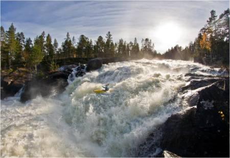 AURDØLA: Karl Engen padler i Aurdøla, som er et spetakkel av ei elv i Buskerud. Foto: Espen Mikkelborg