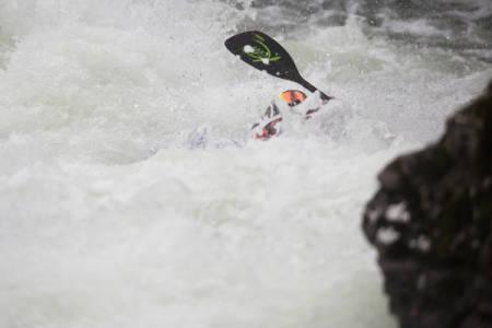 Du vet du er på Horgi ned når et par slalåmbriller og ei padleåre stikker opp av vannet.
