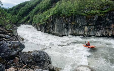 INNHALDSRIK: Blakkåga byr på mange kilometer med klassisk «river running» - altså relativt grei, men fin og morsom padling i råflotte omgivelser. Foto: Ron Fischer