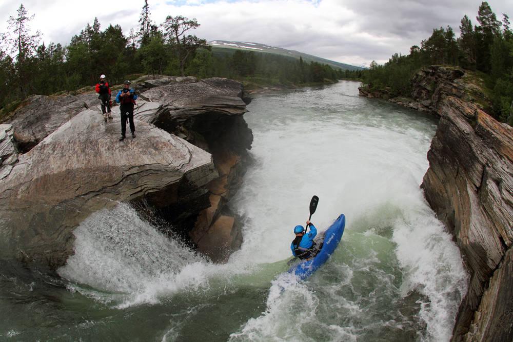 SUSNA: Dette er elva som etter hvert skifter navn til Vefsna. En av verdens beste padleelver, som nå er forbudt for padlere, med mindre du har desinfiseringsutstyr i bilen. Foto: Tore Meirik