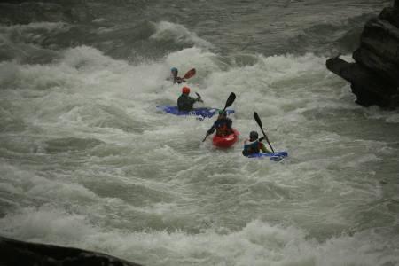 Fire padlere i aksjon per heat, og førstemann i mål gjennom de to nederste (hissige) strykene i Åmotfallene i Sjoa vinner.