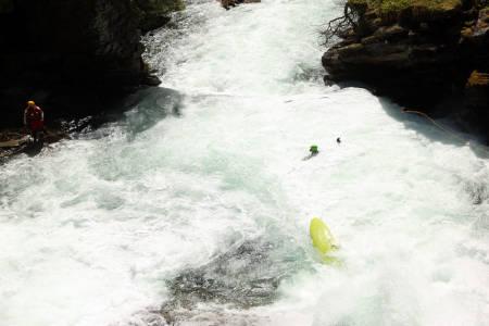 Kamilla Sporsheim sikter seg inn på svømmeknappen -og en øl fra padleskoa, mens kastelinene hagler rundt henne.
