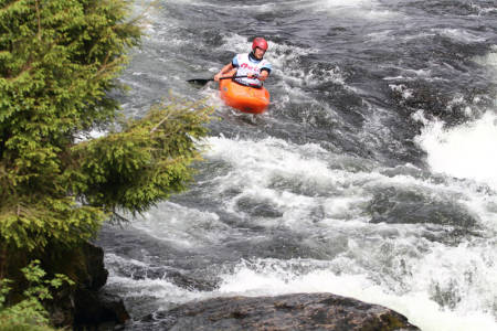 PADLING: Siste del at trippelkonkurransen Horgi ned er elvepadling. Før du kommer hit til stryket Kåre som er det siste som skjer, står både ski og stisykling på programmet. Foto: Tore Meirik