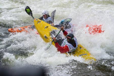 Julian Stocker (gul båt) herjer med Mark Basso.