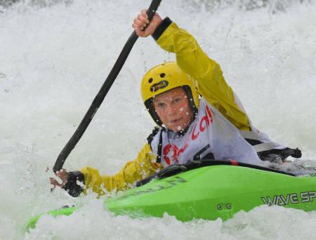 KLAR FOR KONKURRANSE: Kamilla Sporsheim ser ut til å få smått med konkurranse om førsteplassen i Horgi ned i år. Her er hun i ferd med å padle inn til seier i fjor, da med en konkurrent.