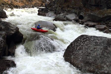 DEDIKERT FYR: Martin Vollen tar padlinga på alvor –og huser amerikanske padlestjerner hjemme på «hybelen» i Heidal hver sommer. Her padler han i Grøvu. Foto: Tore Meirik