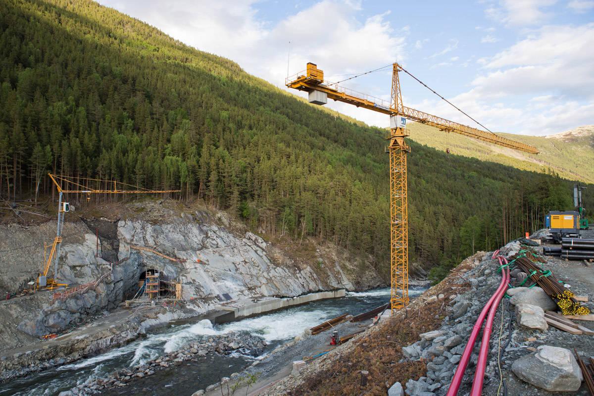 OMSTRIDT: Vannkraftverk er en fornybar energikilde, men hvor mange elver skal ødelegges før vi har nok strøm fra fosser og stryk i Norge? Dette er fra byggingen av kraftverket i Rosten i Gudbrandsdalslågen. Foto: Tore Meirik