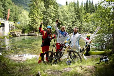 GÆRNINGER: Julian Stocker (til venstre) og Dag Sandvik (til høyre) sørget for å introdusere Brage Vestavik til padlesporten ved å vinne lagkonkurransen i Horgi ned. Laget fikk for øvrig navnet Team Alpine Glow. Foto: Martin Innerdal Dalen