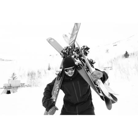 GOD BØR Å BÆRE: Skitesten er mange ting – blant annet mye, mye bæring. Her er Hans Petter Hval i aksjon. Foto: Lars-Kristian Haugen