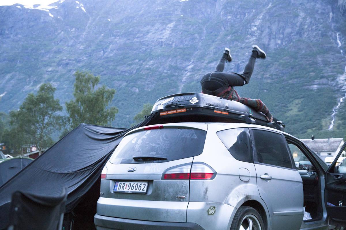 FOLVEN: Hvem er dette og hva slags telt-løsning er det egentlig på sida der? Svaret får du i ukas pod.