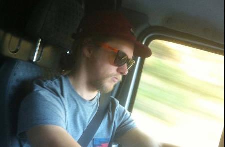 PÅ FILMTOUR: Åsmund Thorsen bak rattet på Fri Flyts firmabil. Han har også en stø hånd på rattet på filmtouren vår. Foto: Magnus Tveito