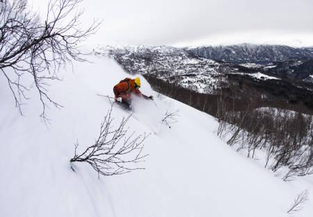 TESTFØRE: Slik var føret på Stranda under skitesten. Tore Meirik sliter seg gjennom nok en dag på kontoret. Foto: Hans Petter Hval