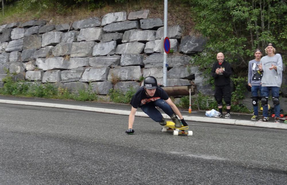DOWNHILLFEST: 20 skatere deltok i Kongsberg Downhillfest . Her er det Sammy Hasselberg –som ble nummer seks- oms drar på. Foto: Peter Andersson