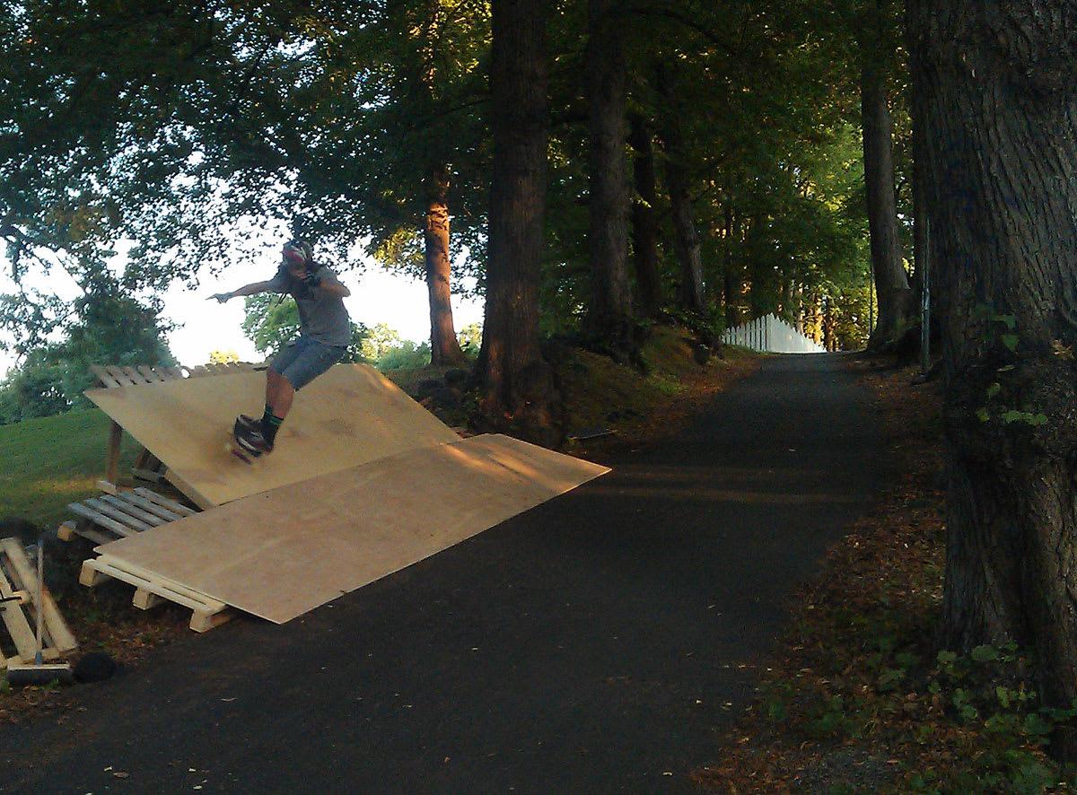 CROSS: Skateboardcross foregår i en asfaltert nedoverbakke med en drøss banks og kickere. Foto: Marius Jørgensen