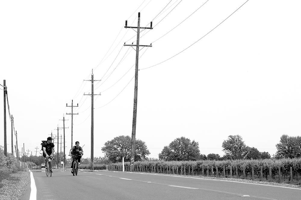 John Cardiel (t.v.) og Emmanuel Guz- man sykler langs en vei i Sacramen- to Delta. Foto: mattsharkeyphoto