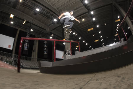 BEST AV ALLE: Kevin Hoefler vant fredagens skateboardkvalik under X Games i Oslo. Her gjør han en flip backside lipslide under oppvarmingen. Foto: Kalle Hägglund