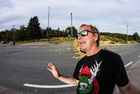 Longboardsenior Morten Bechstrøm tar seg av sikkerheten i «Wall of Death».