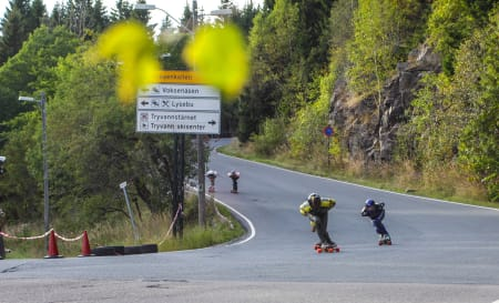Christoffer Sanne kjører over målstreken, etterfulgt av Mauritz og Trygve.